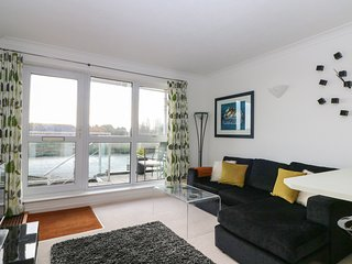 15 THE BOATHOUSE, open plan, river views, balcony, in Rye