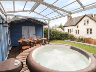 THE MEWS HOUSE, patio with hot tub, WiFi, Wye Valley AONB, Ref 952652