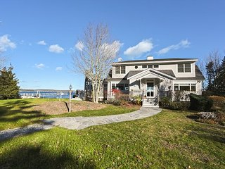 Family-Friendly 5BR on the Shore – Stunning Water Views Near Boothbay Harbor