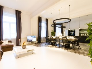 Glamour Premium B 4-Bedrooms, 4-Bathrooms, Balcony (Prague Old Town)
