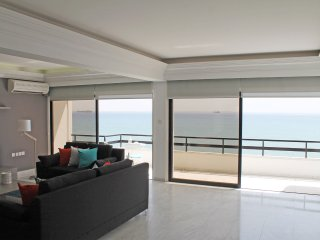 3b Beachfront Design Penthouse - Kastella Beach