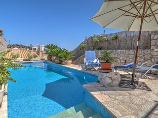 Great townhouse, pool, air con, centre of town