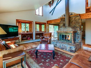 Gorgeous mountain home w/ views, private hot tub & sauna - close to the slopes!