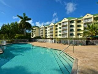 Colorful condo w/ shared pool & hot tub, parking spot, & balcony - one dog ok!