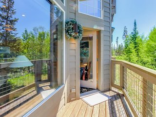 Spacious family-friendly condo in ski country with great views, shared hot tubs!