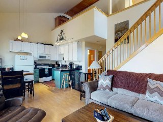 Family-friendly townhouse w/ shared pool, hot tub, & sauna - near hiking, skiing