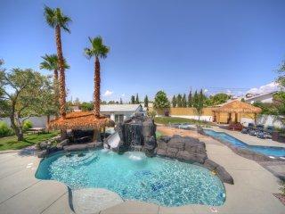 777RENTALS - The E&E - 2 Pools, Spa, Lazy River, Casita, Private, 10 min to