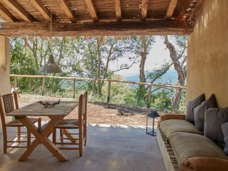 Il Baciarino : La Medea ~ rustic cottage with soaking tub under the trees