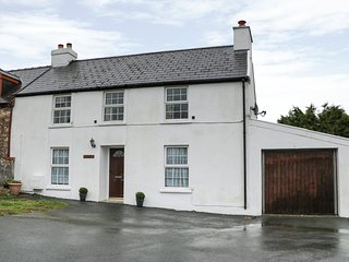 IVY HOUSE, stunning elevated views, WiFi, nr Pembrokeshire Coast National Park