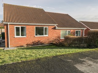 5 CANTERBURY CLOSE, WiFi, amenities walking distance, near North York Moors