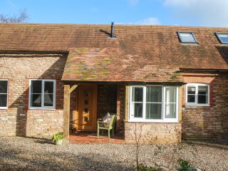 THE COTTAGE AT KEMPLEY HOUSE, open plan, exposed brickwork, pet friendly, Ref