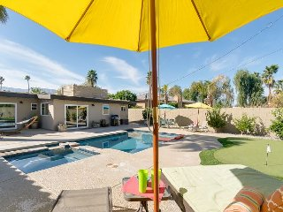 3BR/3BA Centrally Located Retreat, Saltwater Pool, Spa, Firepit, & Pool Table