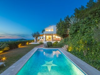 LUXURY RETREAT WITH SEA VIEW: THE PLACE TO BE !