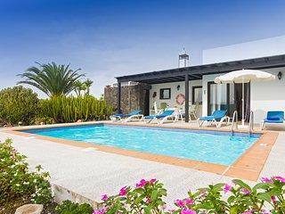 2 bedroom Villa in Playa Blanca, Canary Islands, Spain - 5570403