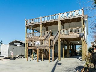 Dog-friendly bungalow with a firepit, multi-level decks, and ocean views