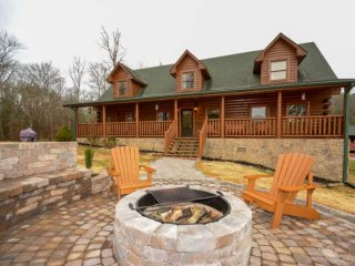 S'Mores Lodge 3 King Suites! WIFI - Game Room-Hot Tub-Fire Place-Large Yard with