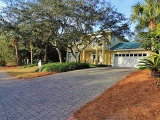 Yellow Bird, 4BR/3BA private house! Just steps to the community Pool!