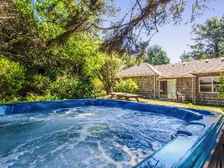 Charming oceanfront home w/Agate Beach view & shared hot tub