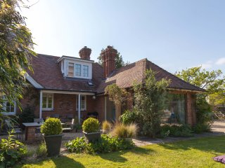 Theatrical family home, beach 1km, near Lymington Ploughmans, New Forest Escapes