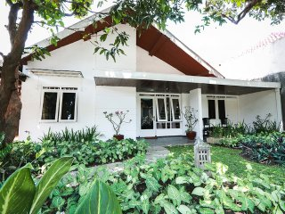 Villa SAARAH - Comfy 5BR House only 4km from Central Jogja