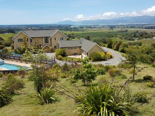 Stunning views and a swimming pool! Self contained cottage with friendly hosts
