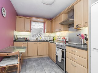 Fully equipped kitchen with fridge/freezer, washing machine and microwave. Tea towel and oven gloves