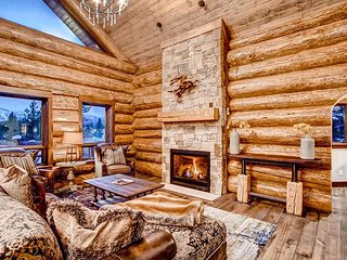 Falcon Mews Lodge: Hot Tub, Brand New Luxury Home, Shuffleboard, Views & More