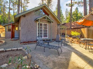 Romantic cottage with a furnished patio - close to parks & town