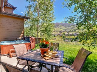 Spacious townhouse w/ mountain views, private hot tub, fantastic location!