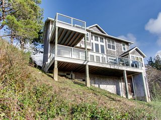 Gorgeous dog-friendly home with ocean views, beach access & private hot tub