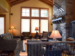 Big White Sundance 3 Bedroom + Den Cabin for 9 with Hot Tub