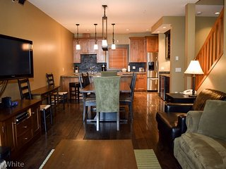 Big White Sundance Resort 3 Bedroom Townhome + Hot Tub