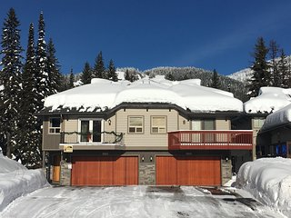 4 Bed 4.5 bath SKI IN SKI OUT, sleeps 18 comfortably! 3 Kings! 2 Master Suites!