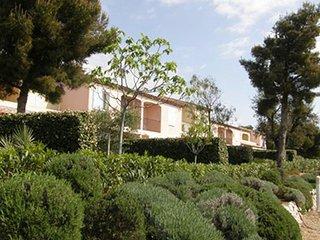 171 semi-detached 2-bedroom villa, partly airco, shared pool,sea 50 mtr, parking