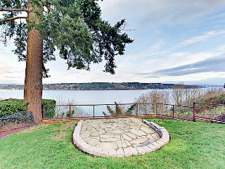 Luxe Lakefront 3BR Renovated Home w/ Fire Pit & Cascade Mountain Views