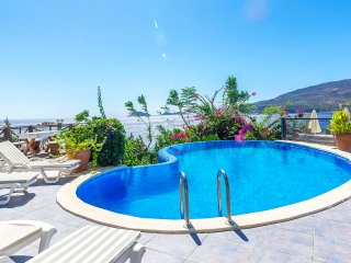3 Bedroom Villa with Seaviews,2 minutes walking Distance to the Beach