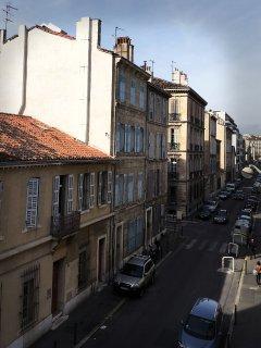 Vue depuis vos fenêtres sur la petite rue calme