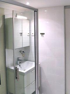 Cabine de douche avec savon et shampoing fournis