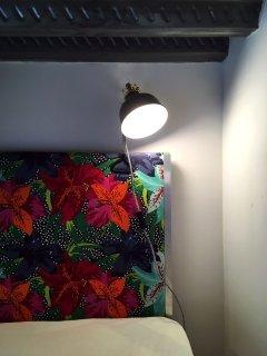 Lampe de chevet, prise électrique, tout ce dont vous avez besoin à portée de main depuis votre lit