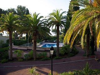 33500  semi detached 3 bedrms villa, airconditioning, shared pool, sea at 50 mt