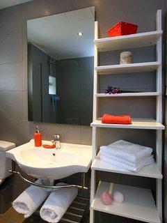 Bathroom 4 with bathtub