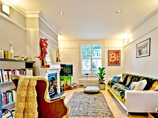 Spacious Family Home w/ Garden - River Thames 5 mins Walk (By Elizabeth Lytton)