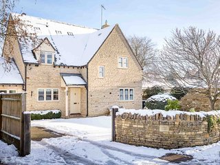 Maple House is a stylish and spacious detached property, in idyllic Kingham