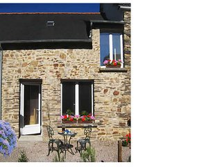 Brittany Gite (sleeps 4). The perfect base.  Free wifi. Restaurant 2 min walk.