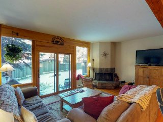 Comfy, 2-story townhome w/ shared pool, hot tub - right off highway, near slopes