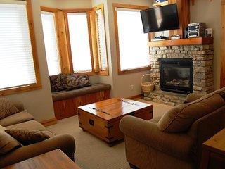 Big White Grizzly Lodge #107: 2 Bedroom Premium Condo + Hot Tub