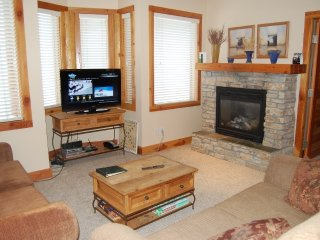 Big White Grizzly Lodge #207: 2 Bedroom Premium Condo + Hot Tub