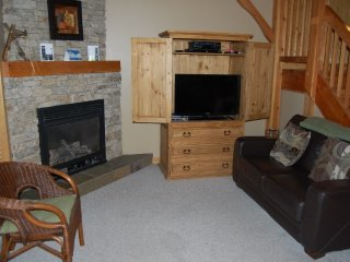 Big White Black Bear 3 Bedroom Premium for 11 + Hot Tub