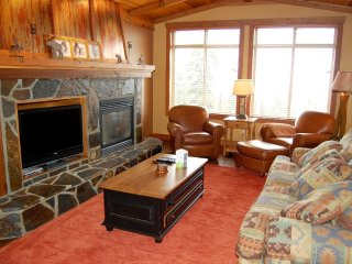 AMAZING Ski-in/out Premium Condo (#310) with Den and Private Hot Tub!