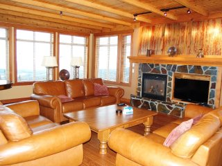 Beautiful Premium Condo Right on the Slopes with Private Hot Tub